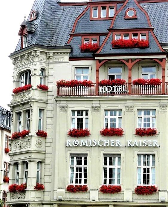 hotel parigino con balconi decorati