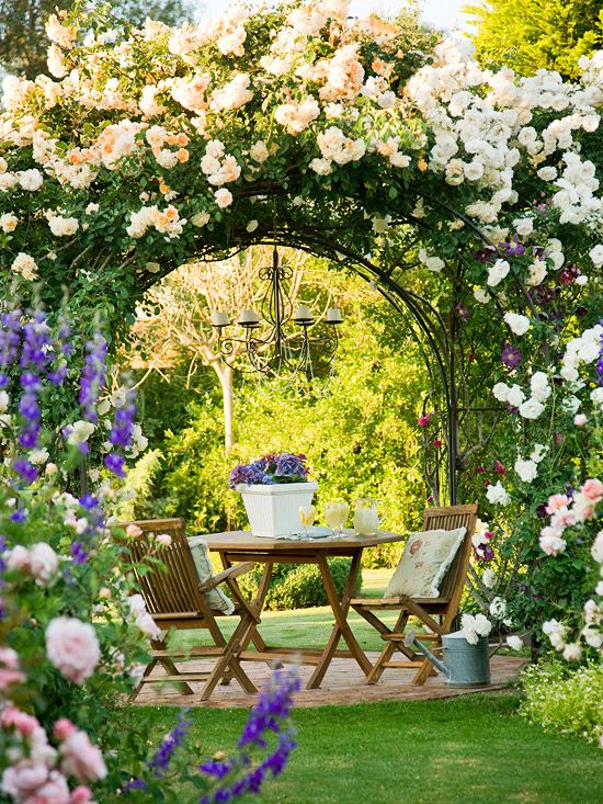 Sedie in legno in terrazzo mediterraneo composto da rose colorate